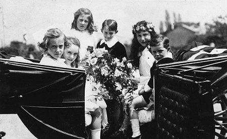 "The image ""http://www.thelwallmorris.org.uk/lymm_book/whit/1925/Marjorie_in_coach_with_attendants_sml.jpg"" cannot be displayed, because it contains errors."